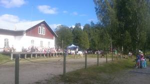 Vy över ridbanan och publiken på läktaren, Lögdö Bruk 16/8.