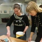Irene och Yvonne skär tårta! :)