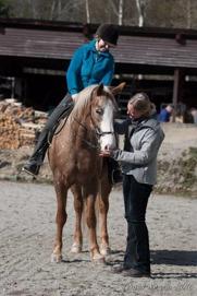 Yvonne och Pilgrim tillsammans med Birgitta. Foto:Thomas Nordin.