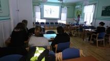 Engagerad föreläsare med några av åhörarna,  som lyssnar uppmärksamt! :)  Foto: Torbjörn Engman