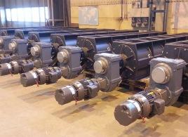 Linde Metallteknik AB - Komplett tillverkning av slussmatare (cellmatare), till större ombyggnads- och nybyggnadsprojekt i ett flertal olika länder i världen. Dessa slussmatare används bland annat för frammatning av partiklar och stoft i störrerökgasfiltrerings-anläggningar, samt frammatning av aska i stora kraft- och värmeverk. Slussmatarna har som standard en rotordiameter på ca 500 mm och en längd på 3000 mm eller 4000 mm.  Den komplicerade tillverkningen har utvecklats under många år och vi gör numera själva även arborrning av huset till slussmataren, med vårt nya mobila arborrverk.