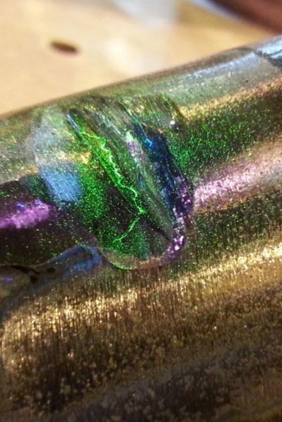 Linde Metallteknik AB - Metallpulverprovning. Provningsprincip: Provobjektet magnetiseras och därefter appliceras provningsmediumet, samtidigt som objektet inspekteras för att bedömma resultatet.