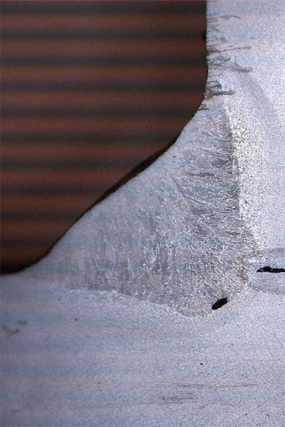Linde Metallteknik AB - Makroskopisk undersökning. Provningsprincip: Svetsfogen delas och den skurna ytan poleras glatt och etsas därefter med hjälp av en lämplig reagens. Sedan utförs okulär granskning med hjälp av mikroskop med 10-100 gångers förstoring.