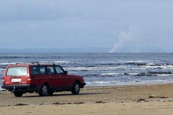Här syns rökplymen från branden i Halmstad. (Bilen är inte den det talas om i texten.)