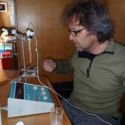 4 I kajutan ställes utrustningen i ordning för att mäta syrehalten i bottensedimenten.