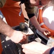 9 Det smala röret trycks ner i sedimentet