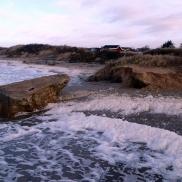 Erosionens kraft ökar runt strandens fasta installationer