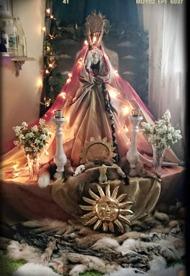 Sunna Solgudinnan med sommarsolstånd och elementet Eld, Hon är vår Gudinna i söder och är här nu. Med Ljuset och vridningen melllan det och mörkret fyller Hon våra hjärtan..