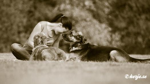Lotta och hennes hundar Keiko & Siri.© Lena Kerje