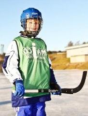 Det är kul att ha bra utrustning när man spelar bandy. Foto: Linnea Sandström