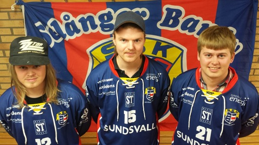 Se, i våra nya spelskjortor! Niklas Söderlind, Simon Hansson och Henrik Söderlind. Foto: Jonas Rönnqvist (bra fotat!)