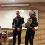 Damvinnaren Clara Forslund från Sundsvalls skridskoklubb tar emot sitt pris.