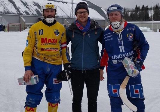 Kalle Högberg fick dela ut pris till matchens lirare - Igor Zolotarev och Kanonkulan Granzell-Sjödin.