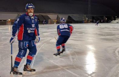 Nummer 10 Micke G anade, från sin position, en ovilja att passa. Foto: Jonas Rönnqvist