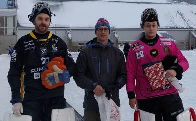 Keeprarna bästa på plan: Masken Wiström och Samuel Henriksson. Vår kassör Uffe K delade ut priserna. Foto: Röntgenbild