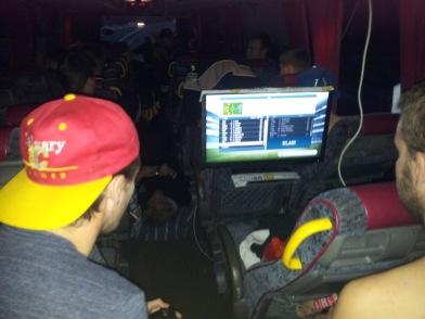 Bussmys med tv-spel, Hunden i mittgången och Öcke i bar överkropp.