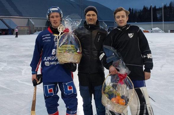 Matchens lirare: Andreas Wilsson och Umeås keeper Emil Hansson.
