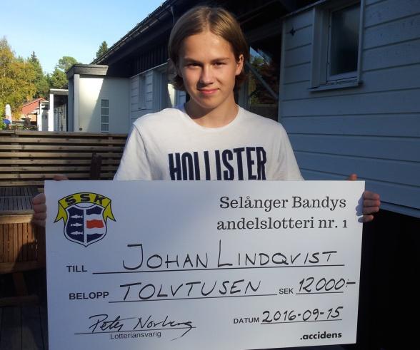 Melker Lindqvist, spelare i P16-laget och Johans son, tog emot vinstchecken.