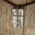 unikt kors i oxiderat silver