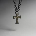 Unikt kors i oxiderat silver och guld
