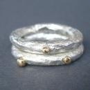 silver ring med guldkulor