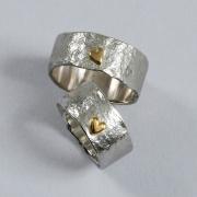 Rustika förlovningsringar med små hjärtan.