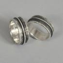 Förlovningsringar i silver grovhamrade med viss oxidering