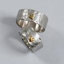 Gravhamrade silverringar med små hjärtan