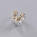 En vacker förlovnings och vigselring med 3 st rådiamanter och guldkulor ( kund och tillsammans design)
