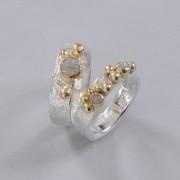Ovanliga vigsel och förlovningsring i rustikt silver med rådiamanter och guldkulor