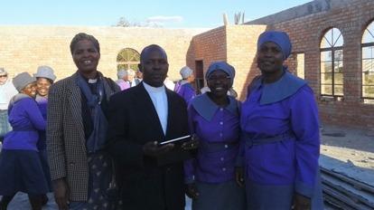 Besök i Bulawayo South Parish. Utanför Nkulumane kyrka, som nu fått väggar och väntar på tak mötte vi kyrkoherden Alex Ncube