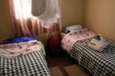 Gästhus med bäddade sängar, myggnät och toaletter väntade oss i Manama