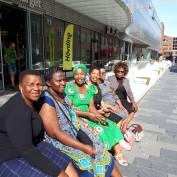 Secret Ndlovu, Regai Mratu, Vimbai Shumba, Dumsile Zulu, Nomsa Khumalo, Ntombi Shabangu på Uppsalas längsta soffa.