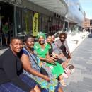 1 Secret Ndlovu, Regai Mratu, Vimbai Shumba, Dumsile Zulu, Nomsa Khumalo, Ntombi Shabangu på Uppsalas längsta soffa.