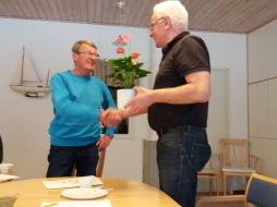 Avgående Leif Gunnarsson avtackades på mötet med en blomma för fyra år i styrelsen.