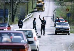 Polisen stoppar trafiken i Svartå efter att Ioan Ursut och Marten Imandi rymt från Kumlafängelset 1991. Foto: Ingvar Svensson