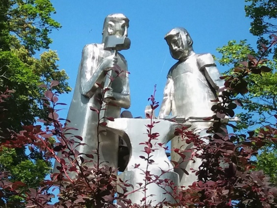 "Statyn ""Hasselforssmederna"" i bruksparken.. Hasselfors"