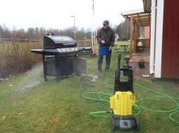 Vår kära grill får en behövlig rengöring efter en hård säsong.