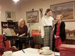 Tuva & Astrid sjunger ackompanjerade av Marie.......     Foto S.L