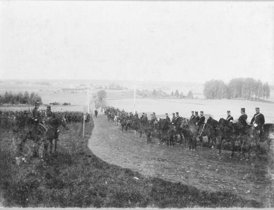 Svea artilleriregemente A 1, uppställda längs landsväg under manövern i Närke 1895  Foto Bengt Orling/ bild från Armémuseum