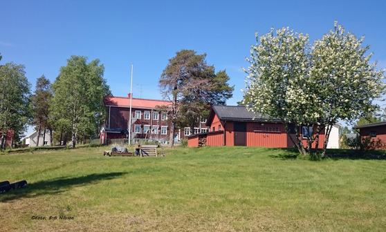 I bakgrunden ser vi Risöns skola. Idag finns här endast en mindre förskoleklass.