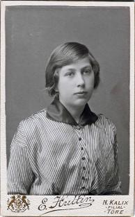Hultin hade filial i Töre 1909-1913. Denna log finns även på mörk kartong. Vem är damen på bilden? Ur B-G Nilssons bildsamling.