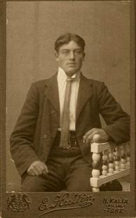 Töreloggan med mörk kartong, men vem är mannen fotad 1912? Ur Porträttfynd. Töreloggan har ofta årtalet instansat men inte alltid.