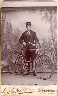 Man med cykel omkring 1900, vem är han? Ur B-G Nilssons bildsamling