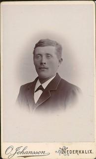 Sama logga som ovan till vänster, men på vit kartong. Föreställer Hjalmar Nordgren 1875-1916. Ur B-G Nilssons bildsamling.