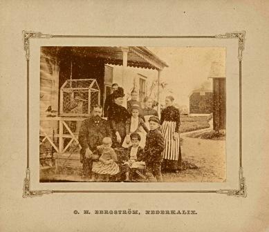 Okänd familj på Näsbyn. I fonden syns Folkhögskolans Älvgård. Kan ev vara O H Bergströms förädrar med barn.