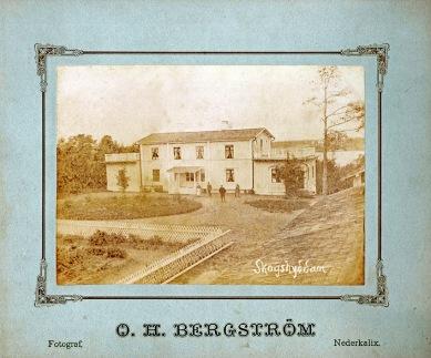 Här en OH Bergströms bild med annan logga. visar skogshydan på Näsbyn. Den fanns där Mårtenn Englunds hus står idag. Han skrv ibland vad motivet föreställde kanske på själva glasplåten.