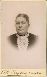 Här en okänd dam i ett album från Bondersbyn. Loggan här på vit bakgrund.