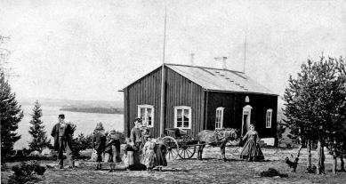 Här i Länsmansgården, senare Lidfeldts gård och sedan Barnhemmet hade Clara Lidfeldt och Augusta Risberg fotoatelje mellan ca 1880-1885. Fotot från 1860-tal ur B-G Nilssons bildsamling.