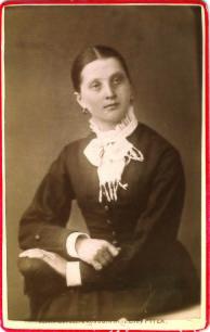 Maria Petersson f 1859 i Siknäs, gift med Isak till vänster. död 1915. Bägge korten med loggan från Ateljen i Piteå, men är säkert tagna i Kalix i början av1880-talet.